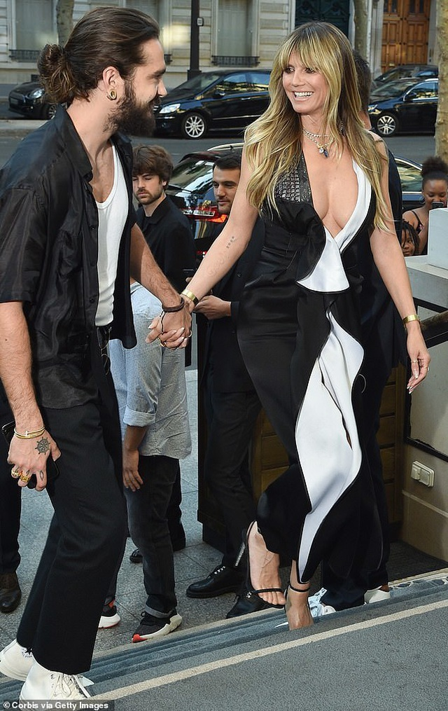 Heidi Klum khoe ngực nảy nở bên bạn trai kém 16 tuổi - 3