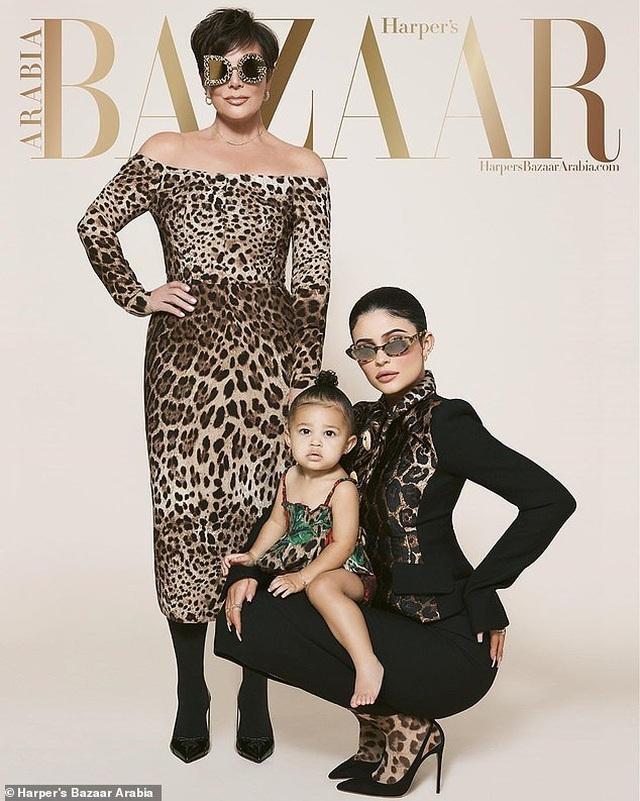Kylie Jenner chụp hình thời trang cùng mẹ và con gái nhỏ - 1