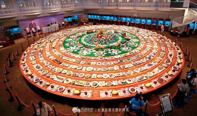 Chiêm ngưỡng bàn tiệc gồm 1088 món, trị giá 2310 tỷ đồng - 1