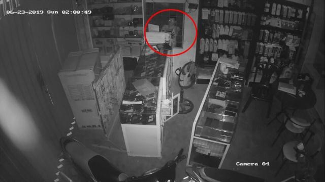 Tên trộm cuỗm sạch điện thoại trong cửa hàng