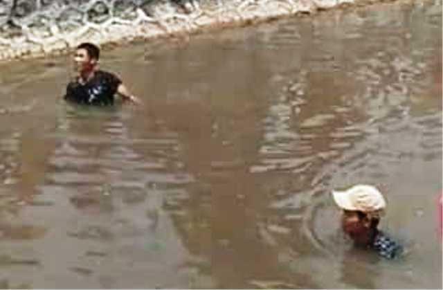 Đạp xe qua cầu, 2 học sinh ngã xuống sông tử vong - 1