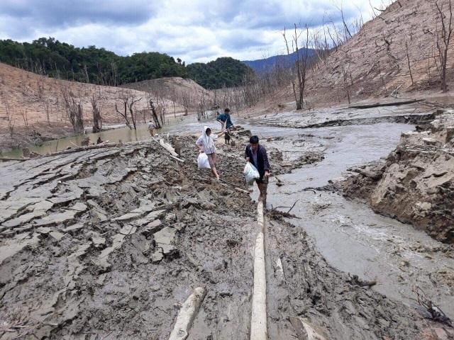 Hồ thủy điện lớn bậc nhất Bắc Miền Trung cạn trơ đáy, hoang tàn như vùng đất chết - 10