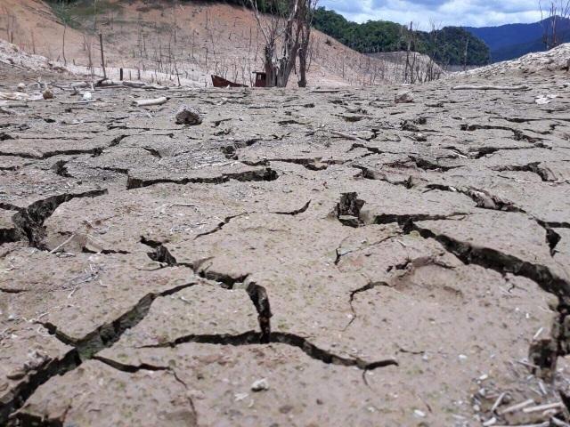 Hồ thủy điện lớn bậc nhất Bắc Miền Trung cạn trơ đáy, hoang tàn như vùng đất chết - 2