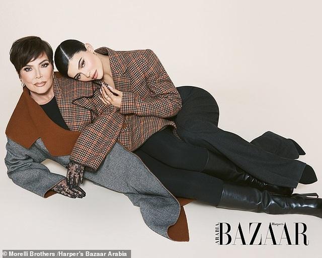 Kylie Jenner chụp hình thời trang cùng mẹ và con gái nhỏ - 8