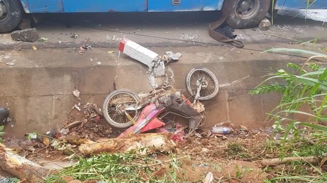 Xe khách tông xe máy rồi lật nghiêng, người dân đập cửa kính cứu hành khách - 3