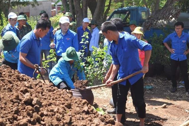 Đoàn viên, thanh niên Quảng Trị trồng hoa giấy làm đẹp đảo Cồn Cỏ - 5