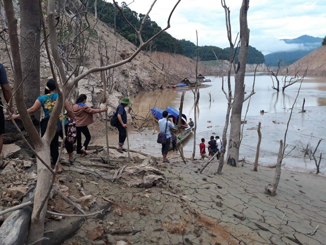 Hồ thủy điện lớn bậc nhất Bắc Miền Trung cạn trơ đáy, hoang tàn như vùng đất chết - 3