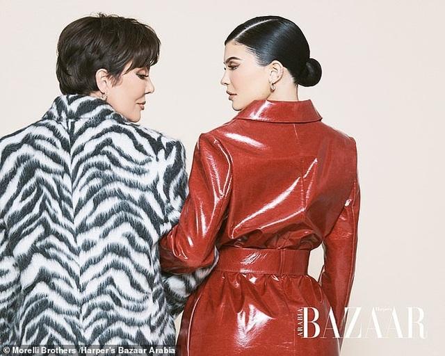 Kylie Jenner chụp hình thời trang cùng mẹ và con gái nhỏ - 5