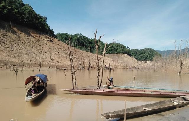 Hồ thủy điện lớn bậc nhất Bắc Miền Trung cạn trơ đáy, hoang tàn như vùng đất chết - 7