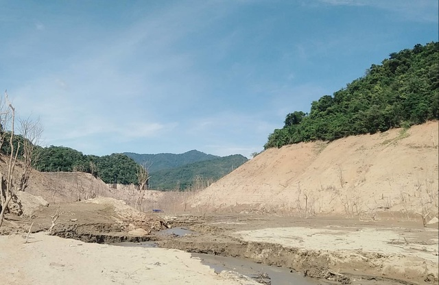 Hồ thủy điện lớn bậc nhất Bắc Miền Trung cạn trơ đáy, hoang tàn như vùng đất chết - 1