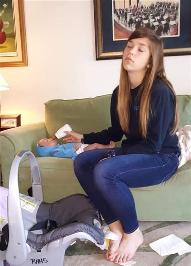 Cho học sinh chăm em bé robot để tránh có bầu sớm - 2