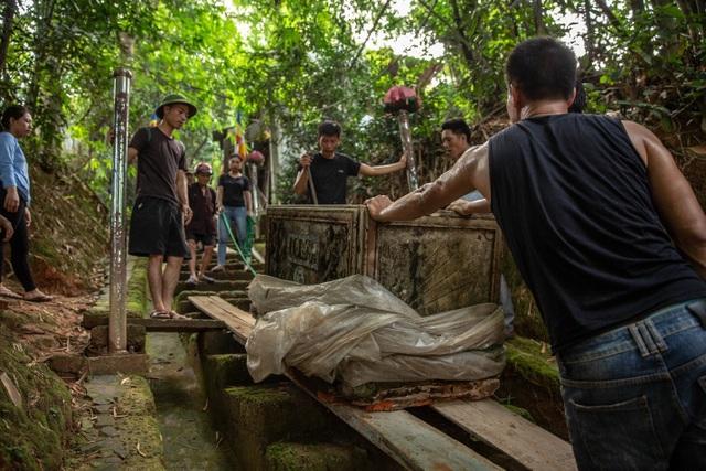 Lối lên chùa Tây Phương bị sứt mẻ vì vận chuyển bể nước - 3