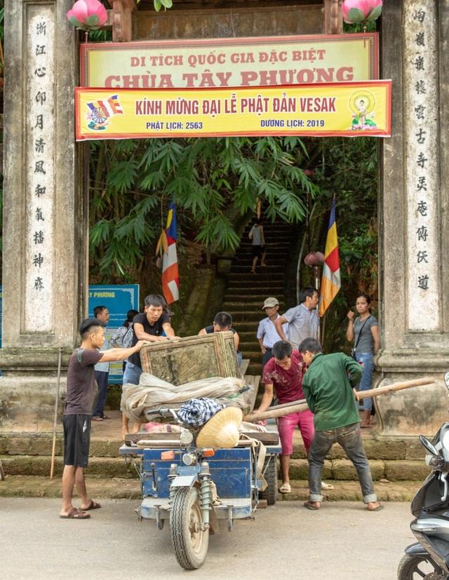 Lối lên chùa Tây Phương bị sứt mẻ vì vận chuyển bể nước - 1