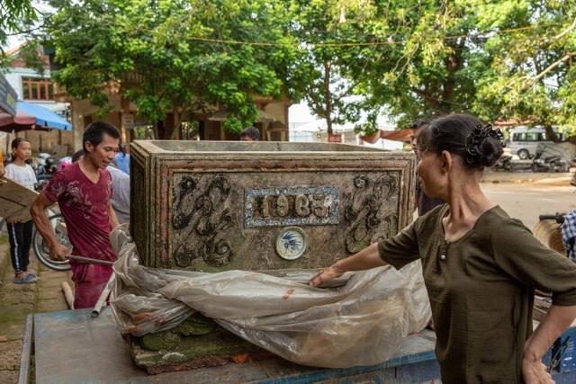 Lối lên chùa Tây Phương bị sứt mẻ vì vận chuyển bể nước - 2