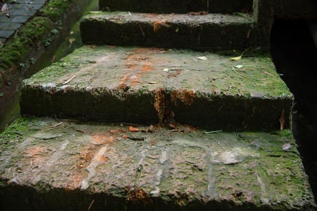 Lối lên chùa Tây Phương bị sứt mẻ vì vận chuyển bể nước - 5