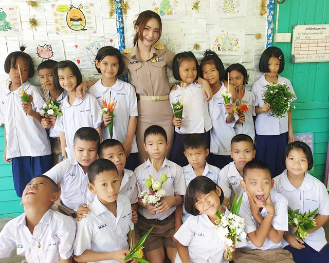 """Cô giáo xinh đẹp """"đốn tim"""" dân mạng với màn chào hỏi học sinh cực đáng yêu - 2"""