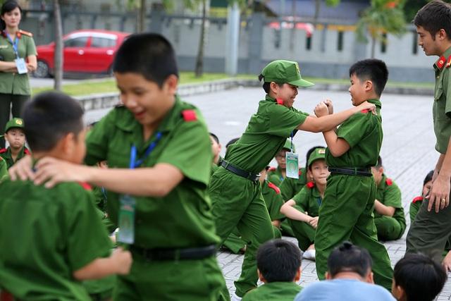 Công an Hà Nội dạy trẻ em ứng phó tình huống bắt cóc, xâm hại - 10