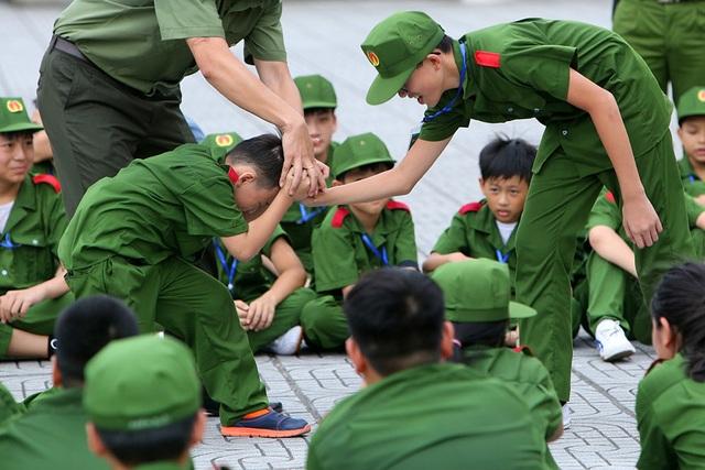 Công an Hà Nội dạy trẻ em ứng phó tình huống bắt cóc, xâm hại - 11