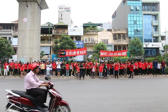 Sĩ tử tay xách nách mang rời phòng thi năng khiếu Đại học Kiến trúc Hà Nội - 10
