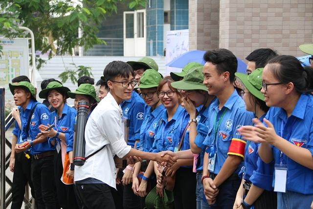 Sĩ tử tay xách nách mang rời phòng thi năng khiếu Đại học Kiến trúc Hà Nội - 16
