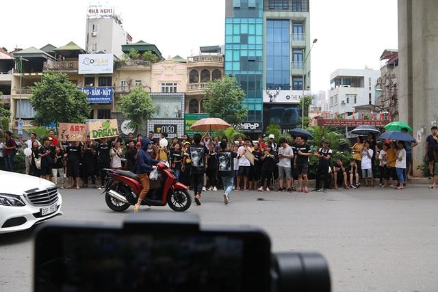 Sĩ tử tay xách nách mang rời phòng thi năng khiếu Đại học Kiến trúc Hà Nội - 9