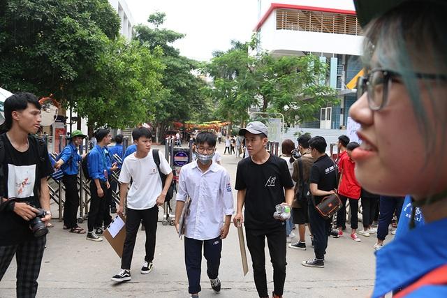 Sĩ tử tay xách nách mang rời phòng thi năng khiếu Đại học Kiến trúc Hà Nội - 7