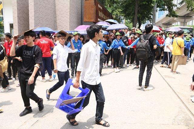 Sĩ tử tay xách nách mang rời phòng thi năng khiếu Đại học Kiến trúc Hà Nội - 2