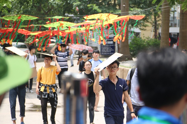 Sĩ tử tay xách nách mang rời phòng thi năng khiếu Đại học Kiến trúc Hà Nội - 8