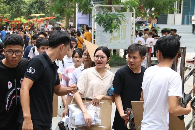 Sĩ tử tay xách nách mang rời phòng thi năng khiếu Đại học Kiến trúc Hà Nội - 5