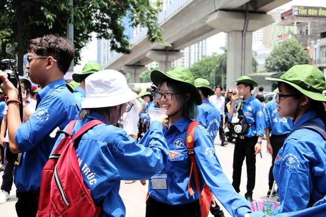 Sĩ tử tay xách nách mang rời phòng thi năng khiếu Đại học Kiến trúc Hà Nội - 14