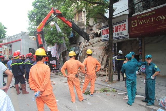 Cận cảnh ngôi nhà 2 tầng bị sập trên phố Hàng Bông - 8
