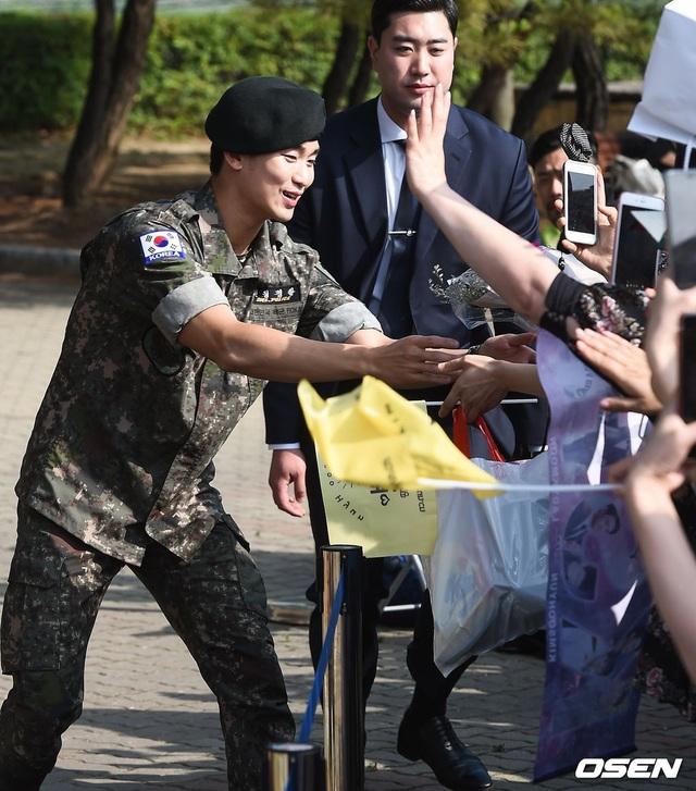 """Tài tử """"Vì sao đưa anh đến"""" Kim Soo Hyun hé lộ kế hoạch sau xuất ngũ - 13"""