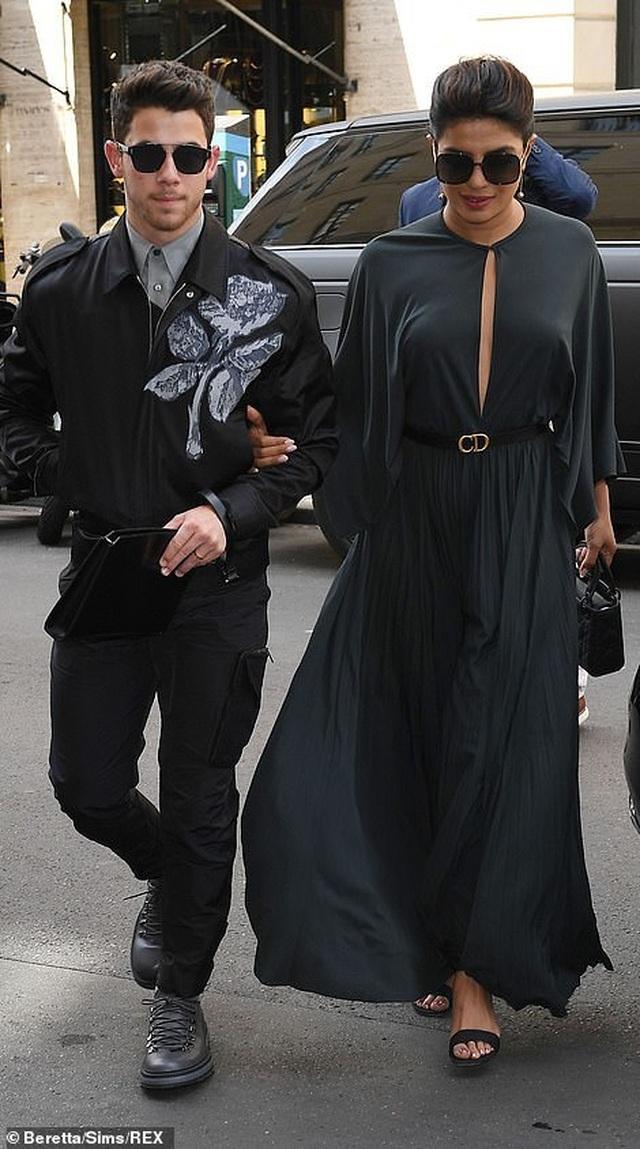 Nick Jonas hạnh phúc đưa vợ hơn 10 tuổi đi xem thời trang - 8