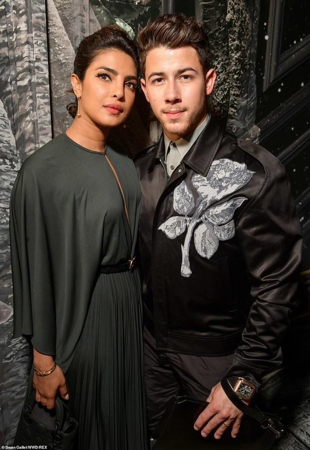 Nick Jonas hạnh phúc đưa vợ hơn 10 tuổi đi xem thời trang - 6