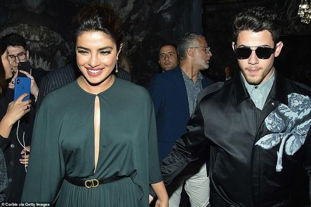 Nick Jonas hạnh phúc đưa vợ hơn 10 tuổi đi xem thời trang - 1