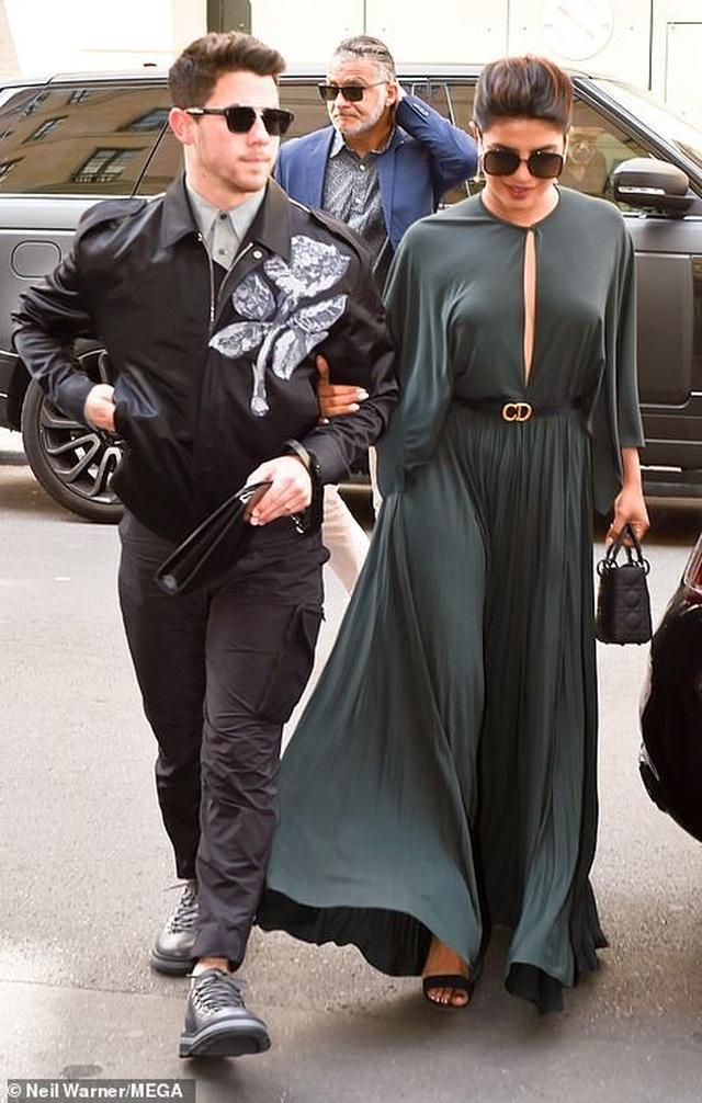Nick Jonas hạnh phúc đưa vợ hơn 10 tuổi đi xem thời trang - 2