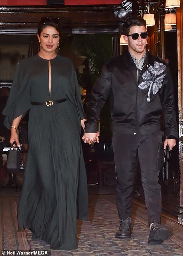 Nick Jonas hạnh phúc đưa vợ hơn 10 tuổi đi xem thời trang - 10