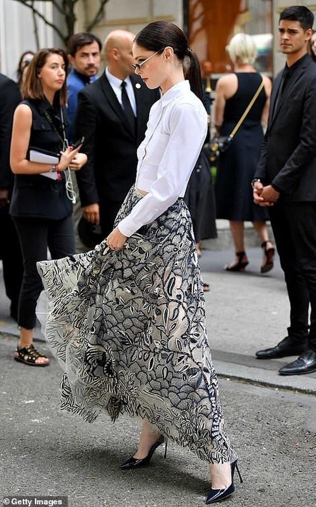 Nick Jonas hạnh phúc đưa vợ hơn 10 tuổi đi xem thời trang - 18