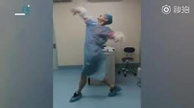 """Chồng nhà người ta: Nhảy múa """"điên cuồng"""" trong phòng sinh để giúp vợ giảm đau! - 2"""
