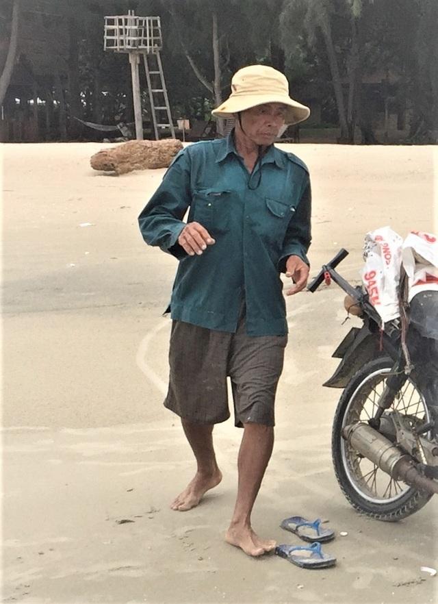 Lầm lũi trên bãi biển, người đàn ông kiếm tiền triệu mỗi ngày - 1