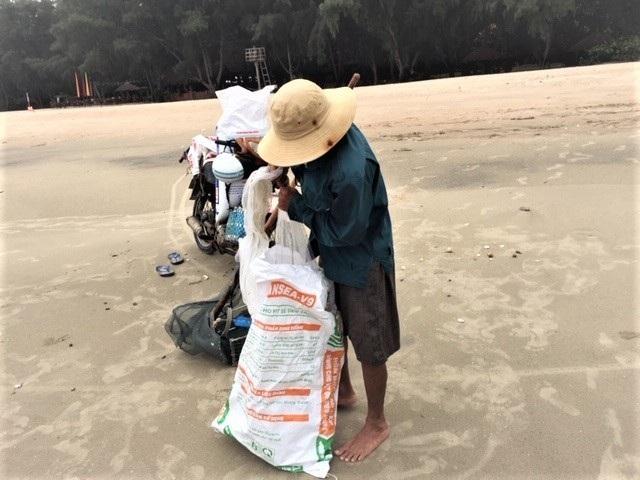 Lầm lũi trên bãi biển, người đàn ông kiếm tiền triệu mỗi ngày - 2
