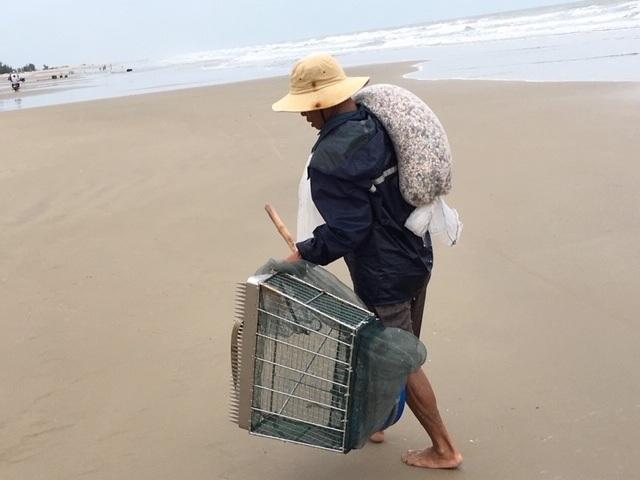 Lầm lũi trên bãi biển, người đàn ông kiếm tiền triệu mỗi ngày - 3