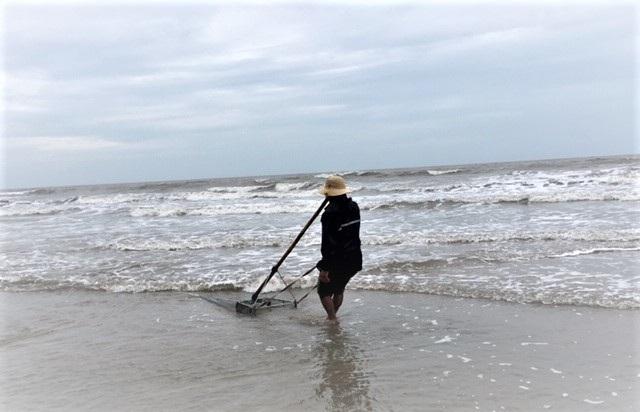 Lầm lũi trên bãi biển, người đàn ông kiếm tiền triệu mỗi ngày - 5