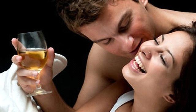 Rượu có thực sự làm chàng hăng say hơn trong chăn gối? - 1