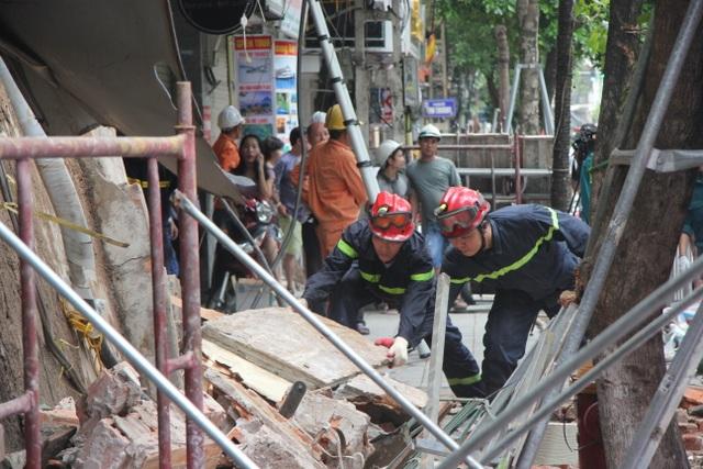 Cận cảnh ngôi nhà 2 tầng bị sập trên phố Hàng Bông - 5