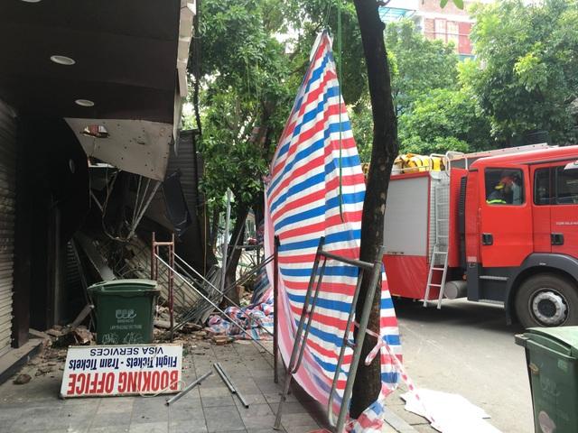 Cận cảnh ngôi nhà 2 tầng bị sập trên phố Hàng Bông - 3