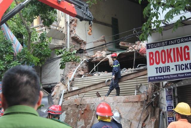 Cận cảnh ngôi nhà 2 tầng bị sập trên phố Hàng Bông - 4