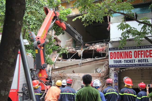 Cận cảnh ngôi nhà 2 tầng bị sập trên phố Hàng Bông - 2