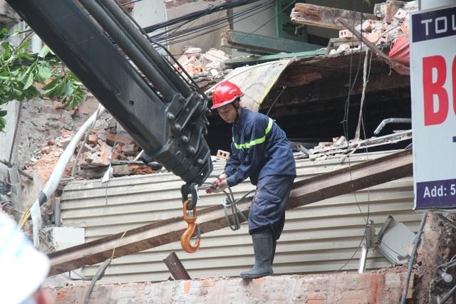 Cận cảnh ngôi nhà 2 tầng bị sập trên phố Hàng Bông - 7