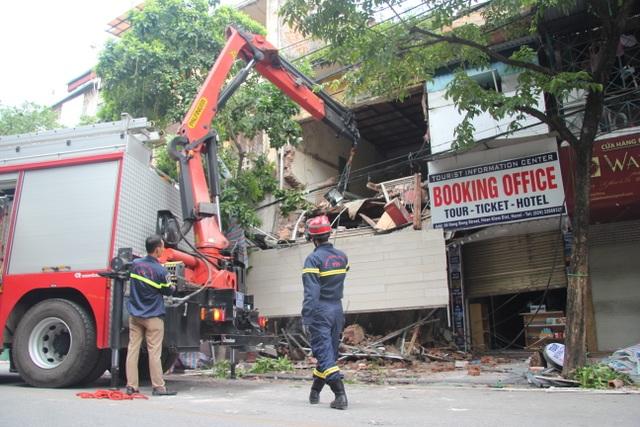 Cận cảnh ngôi nhà 2 tầng bị sập trên phố Hàng Bông - 1